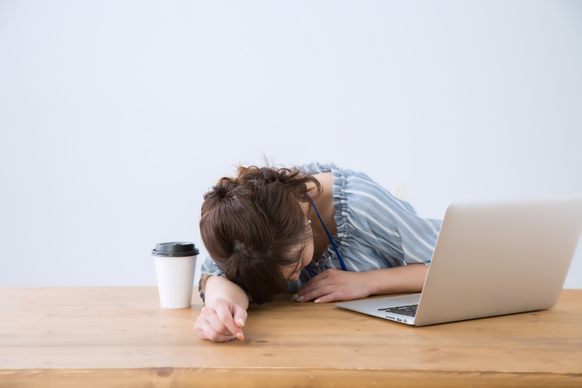 テレワークで疲れた女性