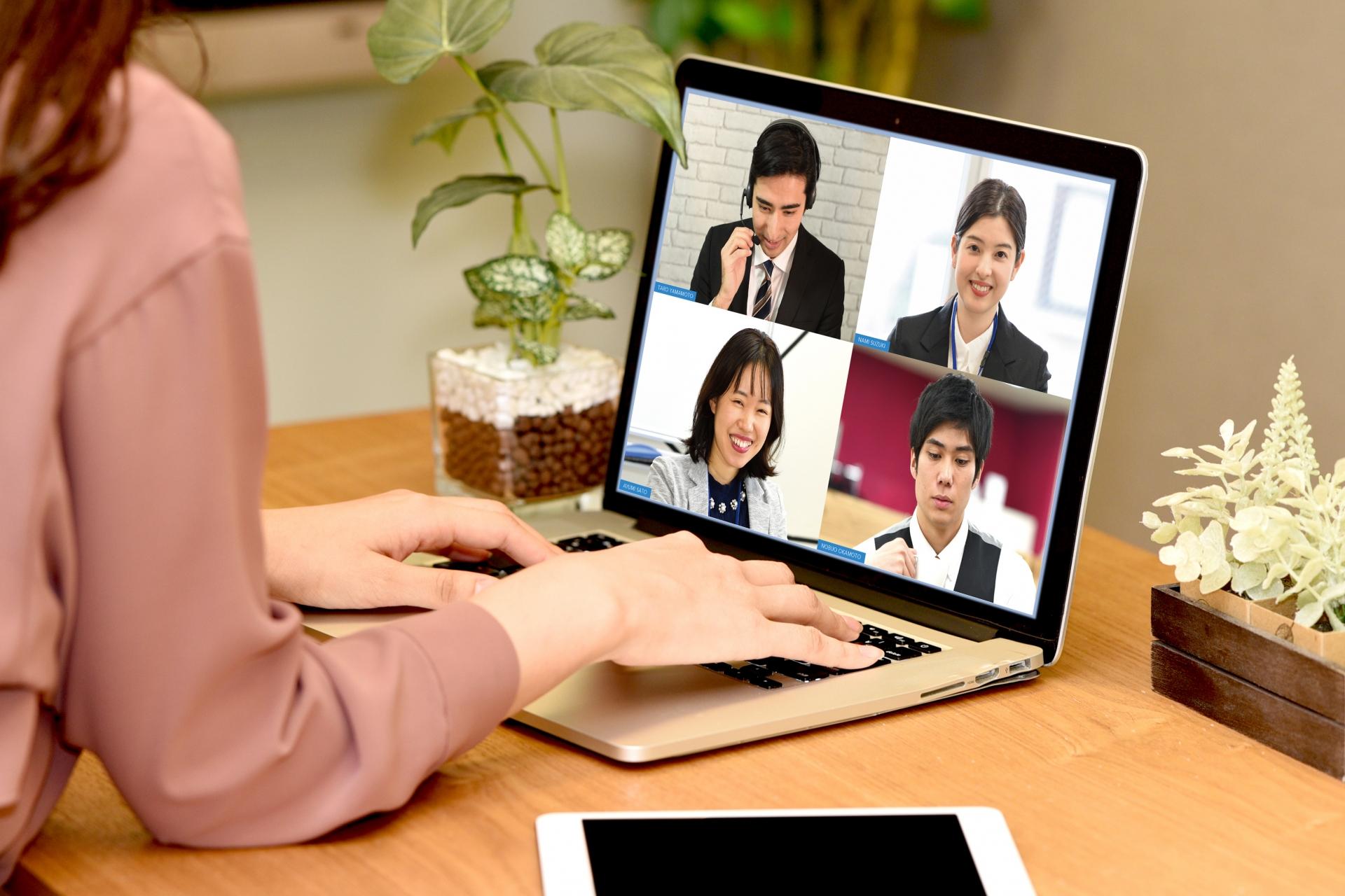 googlemeetで会議をする女性