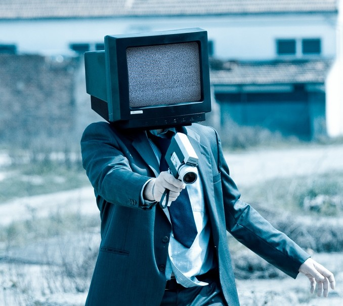 テレビを頭にかぶる